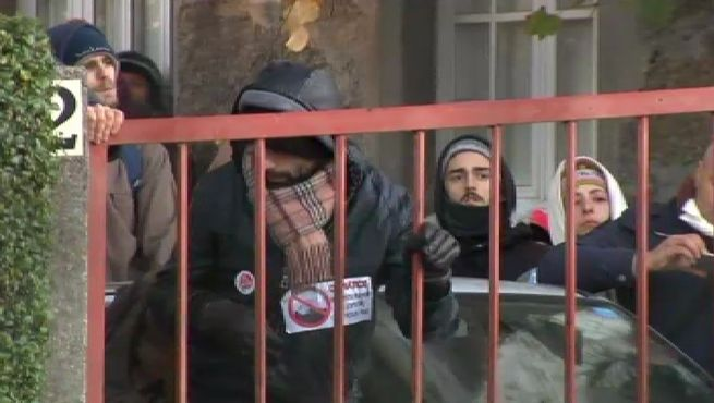 Medio centenar de vecinos tratan de impedir sin éxito un desalojo en A Coruña