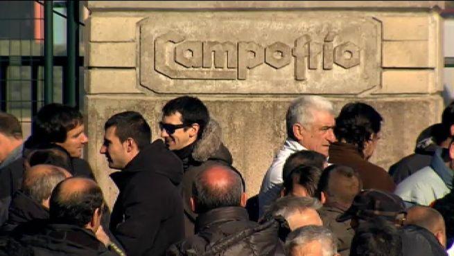 Los trabajadores de Campofrío se concentran a las puertas de la fábrica
